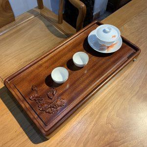 khay trà bằng gỗ nguyên khối tự nhiên để ấm chén trà bền đẹp họa tiết sen cá 55x28cm