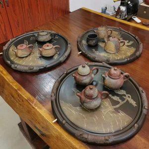 khay trà đá hình tròn nê hưng cao cấp hoả biến viền gốc tùng hoạ tiết sơn thuỷ thủ công.